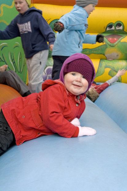Kesätorin avajaisten kenties suosituin juttu oli pomppulinna. 2-vuotias Emilia Pullinenkin tykkäsi kovin. Kuva: Katariina Rannaste