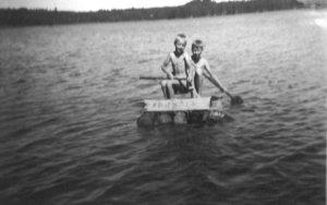 Kuvassa oikealla puolella laivan kapteeni ja vasemmalla kirjoittaja.