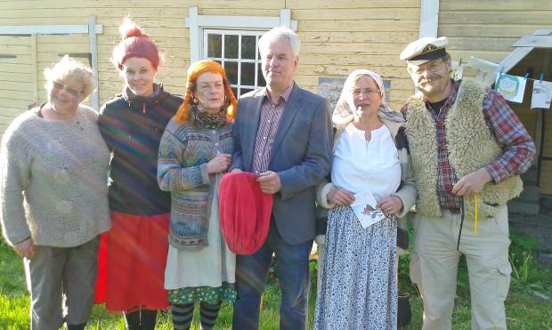 Pohjola-Norden. Kuvassa vasemmalla Aila Ruhala (norjalainen peikko), Tiina Rinne (Mymmeli), Annelli Kallio (Pepin uusi äiti), Rauno Toikka (taikuri Bruno), Riitta Mäkinen (Eemelin äiti) ja Ilkka Mäkinen (meriltä palannut Pepin isä).