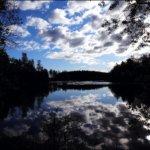 """Lempäälän keskusta  on vesistöjen ympäröimä, mikä antaa mahdollisuuden hyödyntää vettä monelle, kuten melojille,soutajille, veneilijöille, uimareille ja vaikkapa kalastuksen harrastajillekin, kellujia unohtamatta. """"Vesireitti"""" on reitti jonka varrelta löytyy joka päivä runsaasti kalastajia,lintujen bongareita aina Helsinkiä myöten, joskus myös koskipujottelun harrastajia ja luontokuvaajia retkeilemässä ympäristöjen valokuva- kerhoista. """"Vesireitti"""" on siis olennainen ja merkittävä osa paikkakunnan matkailua.  Kuva: Kari Saarinen"""
