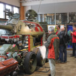 Miehet kävivät tutustumassa panssareihin Parolan panssarimuseossa. Kuva: Jouko Huurne