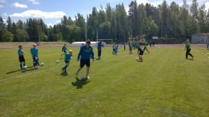 Futisviikon ohjaaja Aapo Kalliokoski haastaa lapsia pelailuun. Kuva: J-P Nieminen