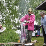 Ira Hellsten, Jonna Kumpulainen ja Leena Hellman värjäämässä lankoja. Violetti sävy saadaan kerkieurooppalaisesta kaktuksen lehdillä asuvasta kokenilli-kirvasta.