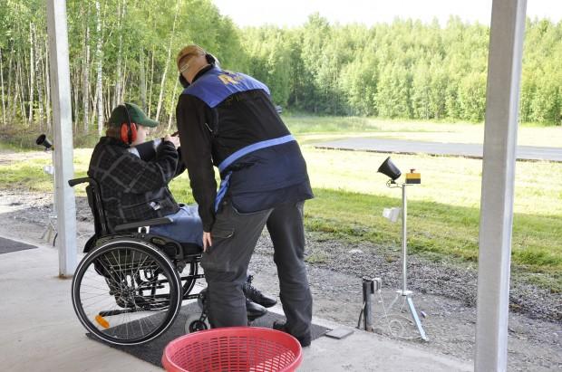 Kokkovuoren ratamestari Janne Hokkanen avustaa Kari Virta savikiekkojen ammunnassa.