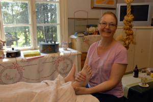 Sari Aula hoitaa vyöhyketerapialla ja kalevalaisella jäsenkorjauksella koko kehoa.