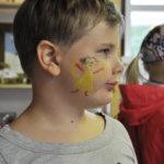 Minja, melkein 7v, sai Kurki-festivaaleilla Kädentaitajien puodissa kauniin kuvan poskeensa.