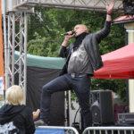 Sami Hinstanen viihdytti Kurki-yleisöä cover-biiseillä.