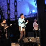 Aikakoneen 20-vuotisjuhlakiertue poikkesi Vesilahdessa. Yhteislaulu raikasi Tapolan aukiolla tuttujen hittibiisien myötä.