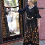 Taikapeilin vastaukset maan kauneimmasta saavat kuningattaren (Anniina Lehtimäki) raivostumaan.