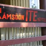 Kesäteatteriesityksen yhteydessä voi tutustua rämsööläisten ITE-taidenäyttelyyn.