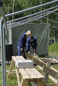 Ilmariisa, eli Mariisa Uusitalo ja Ilmari Mattila toimivat Namboree-leirin leirinjohtajina. Maanantain rakennusleirillä nousi  talkoilla partiolaisille telttasauna.