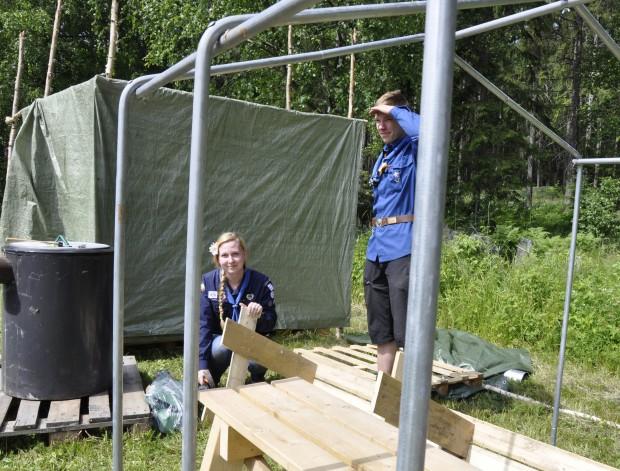 Mariisa Uusitalo ja Ilmari Marttila rakentavat partiolaisten käyttöön tulevaa telttasaunaa. Namboree partioleiri kestää koko Narvan markkinoiden ajan.