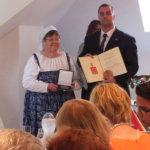 Tapolcan pormestari Zoltán Dobó ojensi Ritva Mäkelälle kaupungin kunniakansalaisuuden. Kuva: Sinikka Kilpinen