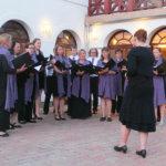 Pyhän Birgitan laulajat esitti osan ohjlemistostaan unkariksi ja kuoro keräsi ihailua. Kuva: Sinikka Kilpinen
