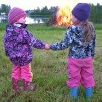 3-vuotiaat pikkuserkukset pääsivät kokkotunnelmaan Jokioistenkylällä. Kuva: Leena Stenman