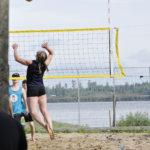 Annika Inha iskee pallon Kummolan mafian kenttään. Kuva: Katariina Onnela