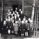 Ensimmäinen koulukuva otettiin vuonna1948. Kuvasta näkyy, että kyseessä on  vanha hirsitalo