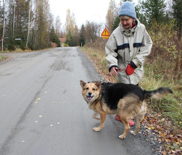 Asemakylässä asuvat Anna-Maria Mustonen ja Nelly-koira eivät lainkaan pidä siitä, että kuorma-autoralli alkaa Kylmäkorventiellä läpi asutuksen. Kuva: Erkki Koivisto