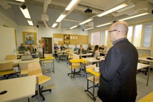 Alkamassa on äidinkielen harjoituskoe Lempäälän lukiossa. Äidinkieli kirjoitetaan virallisesti sähköisenä syksyllä 2018. Perjantaina vain harjoiteltiin. Kuva: Katariina Rannaste