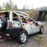 Mikäli näkee tieltä suistuneen auton – on pysähdyttävä tapahtumapaikalle ja hälytettävä tarvittaessa apua