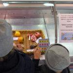 Kauppiaan on syytä tunnistaa hedelmät ja kalat.Kuva: Katariina Onnela