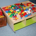 Joka ryhmässä on leikkipöytiä, joiden ansiosta leluja  ei tarvitse noukkia lattianrajasta. Kuva: Katariina Rannaste