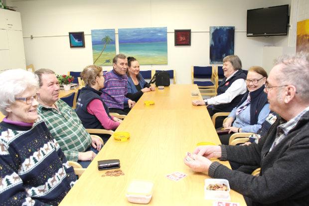 Torstaina 11. helmikuuta Lempostupaan kokoontuneet Lempäälän Eläkkeensaajat ovat juuri saaneet tietokilpailun päätökseen, ja alkamassa on kortinpeluu. Risto Nuutila (oik.) tekee työt. Kuva: Erkki Koivisto