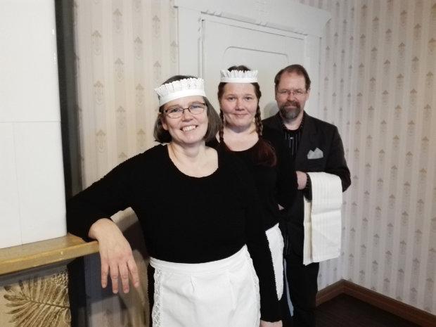 Kahvilan työntekijöillä on  asianmukaiset asut: Heini Mäenpää (vas.), Kirsi Karppila ja Pekka Mäenpää. Kuva: Päivi Aikasalo