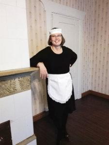 Heini Mäenpää toimii seurakunnan  pop-up-kahvilassa tarjoilijana. Kuva: Päivi Aikasalo