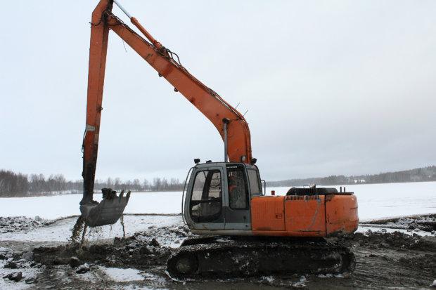 Tämä talvi on otollinen rantojen ruoppaukselle. Nurmella on töissä 15-metrisellä puomilla varustettu kaivinkone.Kuva: Erkki Koivisto