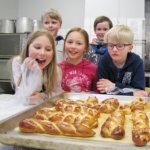 Partiolaiset leipoivat perinnepullaa