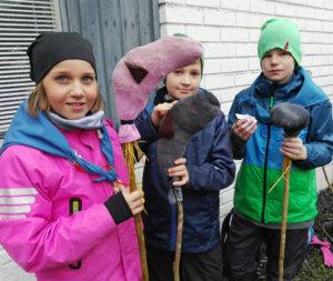 Julia, Topias ja Matias Vesilahden Valkohännistä olivat valmistamassa omaa keppihevosta.  Kuva: Päivi Aikasalo