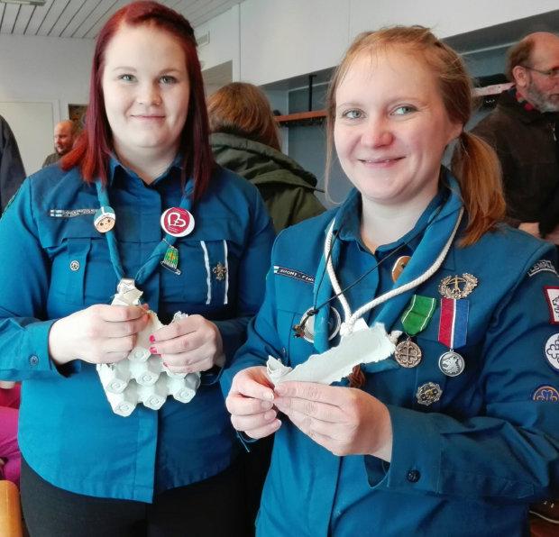 Sytykeruusujen teossa opastamassa olivat Sonja Peräkasari ja Kirsi-Marja Hirsikangas. Kuva: Päivi Aikasalo