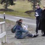Koskenjoen sillalla kuvattiin kohtausta, jossa soitettiin apua hätäkeskuksesta. Näyttelijöiden eläytyminen oli siinä määrin aitoa, että myös ohikulkijat puuttuivat tilanteeseen ja kyselivät tarvitaanko apua. Kuva: Katariina Onnela