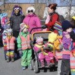 Värikäs ja vilkutteleva joukkio ilahdutti Lempäälän keskustassa kulkevia perjantai-aamupäivällä. Kuva: Katariina Onnela