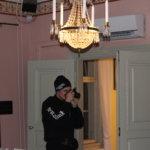 Mika Nikkilä kuvaamassa VIlla Hakkarissa. Kohteessa otetaan aina alkuksi satoja valokuvia. Kuva: Markus Nikkilä
