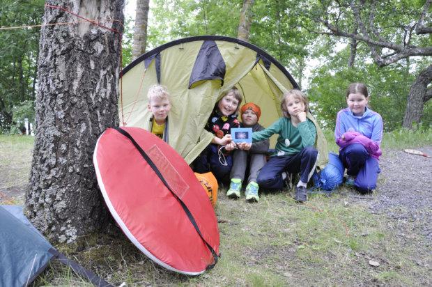 Akseli, Kasper, Jaaro, Jalo ja Mirella saivat vielä pystyttää telttansa Lammasniemeen, mutta ensi kesänä yöleirejä ei näillä näkymin enää järjestetä. Kuva: Katariina Onnela