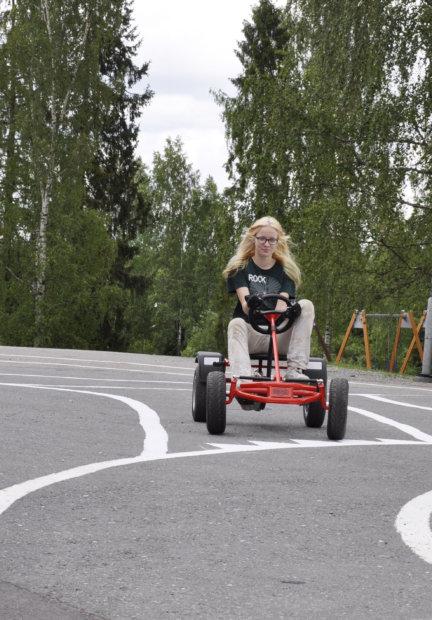 Minna Formisto on testannut rataa polkuautolla, jotta kurvit ja mutkat on mahdollista ajaa turvallisesti ja liikennesääntöjen mukaisesti. Kuva: Katariina Onnela