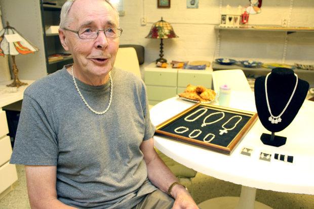 Lempääläläinen Taisto  Moisio onharrastanut lasitöiden tekemistä vuosien ajan. Nyt hän on löytänyt työstömateriaalikseen hopean. Kuva: Erkki Koivisto