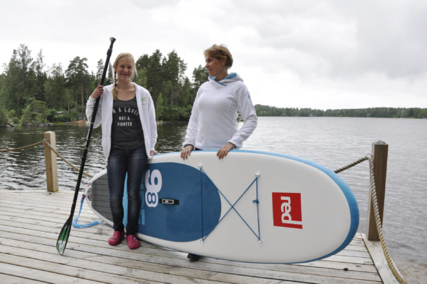 Kamilla ja Kaija_Leena Karppinen ohjaavat lajista kiinnostuneita suppailun saloihin Höytämöjärvellä. Kuva: Katariina Onnela