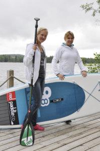 Kamilla ja Kaija-Leena Karppinen ohjaavat lajista kiinnostuneita suppailun saloihin Höytämöjärvellä. Kuva: Katariina Onnela