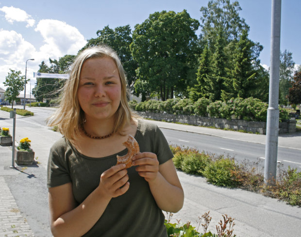 Susanna Mäkelä herkutteli Ståhlbergin kahvilan vegaanisella munkilla. Kuva: Ida Nieminen