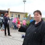 Jenni Aho-Kemppainen esittelee kierrätysmateriaalista tehtyä paperikukkasta. Kuva: Erkki Koivisto