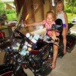 """Tytöt """"moottoripyöräajelulla"""""""