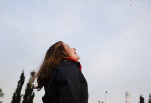 Riina Peuhu katselee onnellisena, kun tervapääskyn poikanen nousee siivilleen. Kuva: Heikki Honkimäki