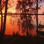 Luonto tarjosi tunnelmavalaistuksen iltauinnille Vesilahden Kaakilanniemessä. Kuva: Risto Larno