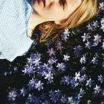 Pikkusisko takapihan kukkien seassa. Kuva: Lotta Kuittinen