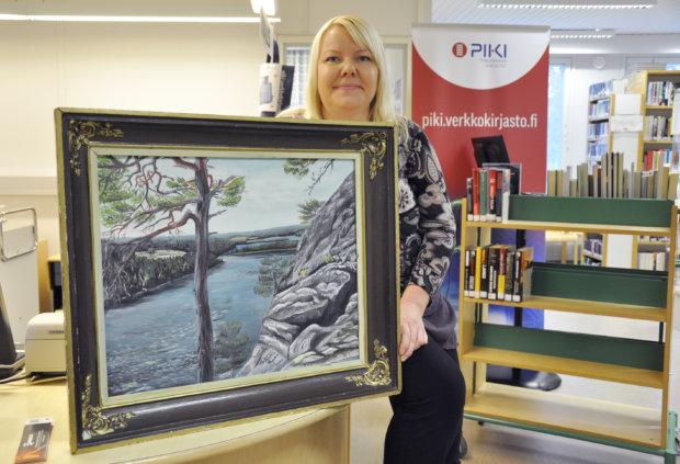Sanna Suutarin suosikki isänsä Eino Suutarin tuotannosta on tämä taulu, jossa hän lapsena näki kallioon piirtyneen sammakon. Kuva: Katariina Onnela