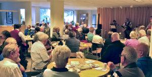 """Oasen-seniorikeskus on helppopääsyisesti katutasossa, kuten Lempostupakin. Etukäteen ilmoitettu """"finsk musik"""" keräsi paljon kuulijoita. Samalla Norden-väki nautti lounasleipiä. Näillä matkoilla isäntäpuoli aina järjestää sekä tarjoilun että pääsyn tutustumiskohteisiin. Kuva: Ilkka Mäkinen."""