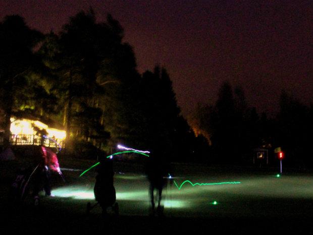 Valopallokisassa golfpallojen sisällä oli led-valo, jok aaktivoituu palamaan iskusta. Kuva: Eeva Isotalo